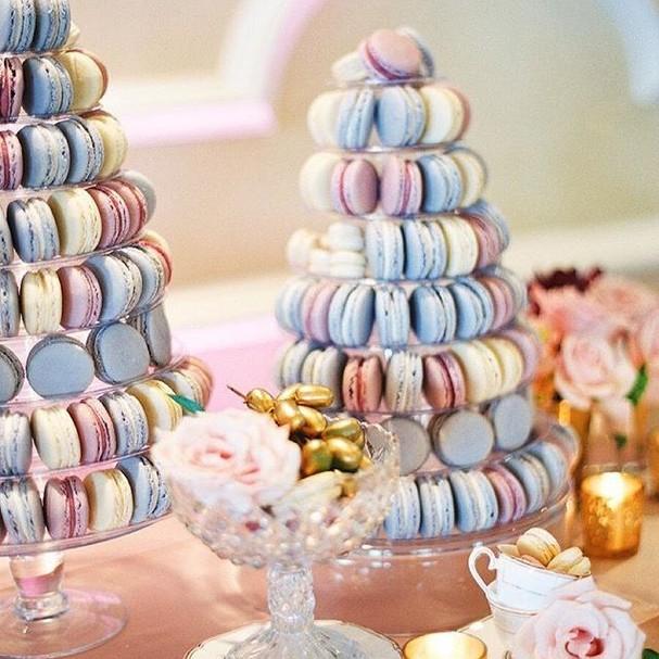 Querendo casar agora pra trocar o bolo pela torre de macarrons! (Foto: Reprodução/Style Me Pretty)