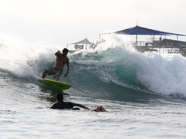 Cláudio Heinrich deslizando no topo da onda em Nusa Lembongam (Foto: Arquivo Pessoal)