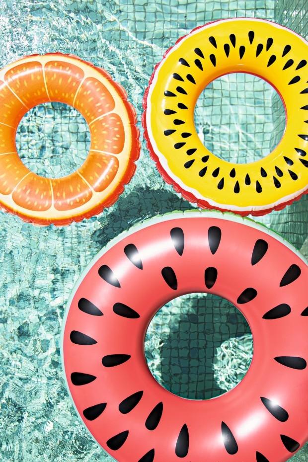 Fruta e cor. Boias coloridas da Loja das Boias decoram a piscina e convidam ao mergulho (Foto: Bruno Geraldi / Editora Globo)
