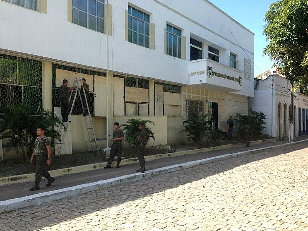 Soldados do Exército protegem a frente da 29ª Circunscrição de Serviço Militar (Foto: TV Amazonas)