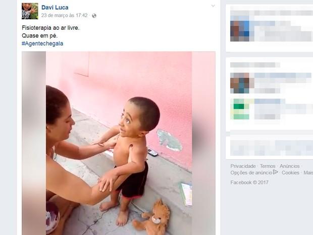 Davi Luca aprende a dar passos com ajuda da mãe, em Feira de Santana, na Bahia (Foto: Reprodução/ Facebook)