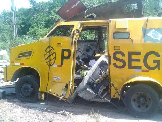 Carro forte ficou parcialmente destruído (Foto: Divulgação / PRE)