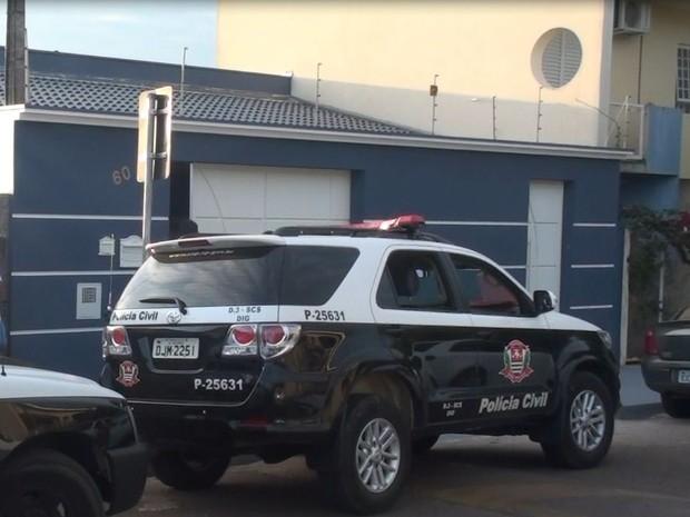 Suspeito foi preso quando saia de casa em bairro de São Carlos (Foto: Ronnei Nicoletti/ EPTV)