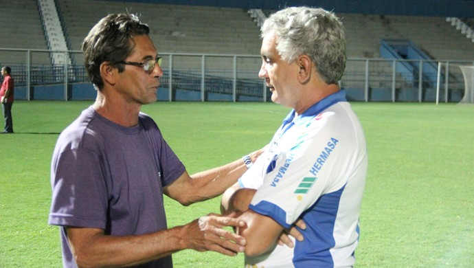 Leão Braúna (esq.) conversa com Ila Rabelo, tentando vender mando da final (Foto: Marcos Dantas)