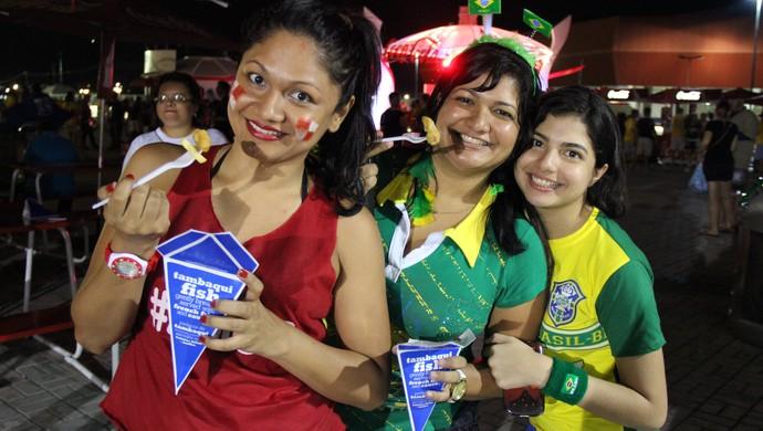 Melissa Lins alogia tambaqui com batatas fritas vendido na Arena Amazônia (Foto: João Paulo Maia)