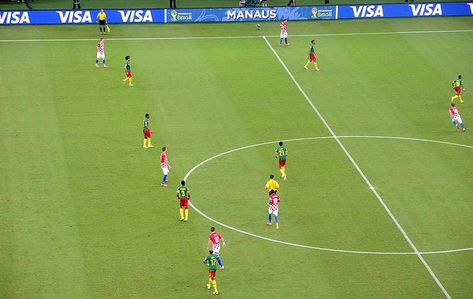 linha de defesa Camarões jogo Croácia (Foto: Janir Junior)