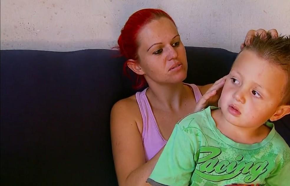 Mãe do garoto disse que abraçou o filho durante o acidente com o carro da prefeitura de São Sebastião do Paraíso (MG) (Foto: Reprodução EPTV/Cacá Trovó)