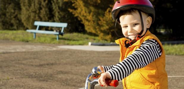 Menino andando de bicicleta  (Foto: Thinkstock)