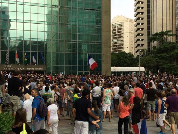 Grupo de pessoas participa de vigília no Consulado da França na Avenida Paulista (Foto: Vivian Reis/G1)