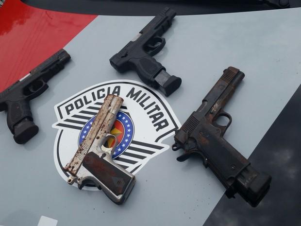 Três armas verdadeiras e uma réplica também estavam enterradas  (Foto: Divulgação/ Polícia Militar)