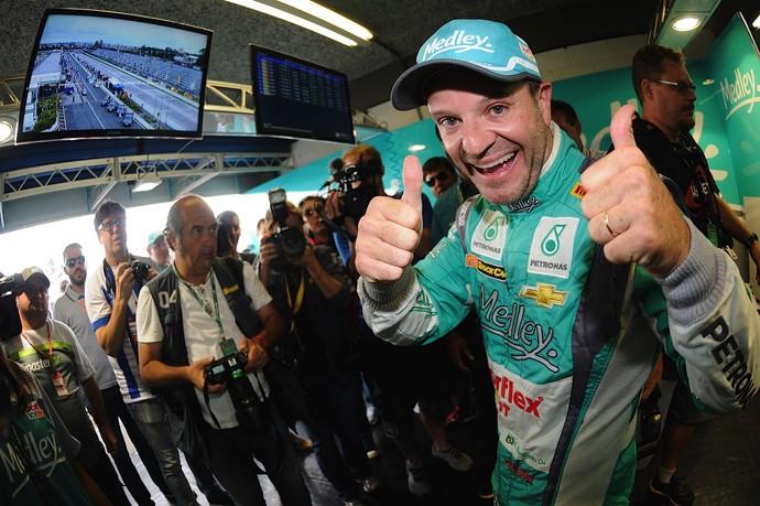 Rubens Barrichello comemora a pole position para decisão da Stock Car em Curitiba (Foto: Duda Bairros / Divulgação)