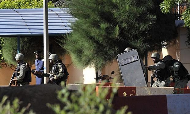 Soldados no cerco ao hotel Radisson Blu, invadido por homens armados em Bamako (Foto: Habibou Koyate/AFP)