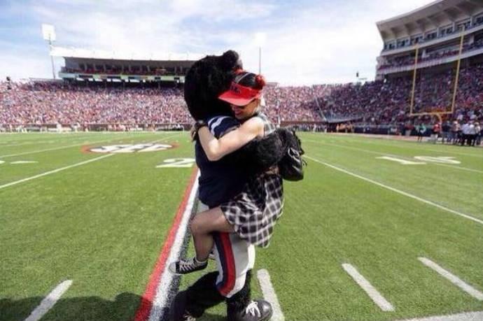 Katy Perry pula em mascote dos Rebels (Foto: Reprodução/Twitter)