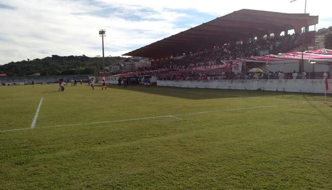 Torcida do Tricordiano ocupa setor coberto do Estádio Elias Arbex, em Três Corações (Foto: Thiago Luz / EPTV)