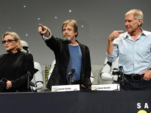 Da esquerda para a direita, Carrie Fisher, Mark Hamil e Harrison Ford participam do painel de 'Star Wars: O Despertar da Força' na San Diego Comic-Con 2015 (Foto: Richard Shotwell/Invision/AP)
