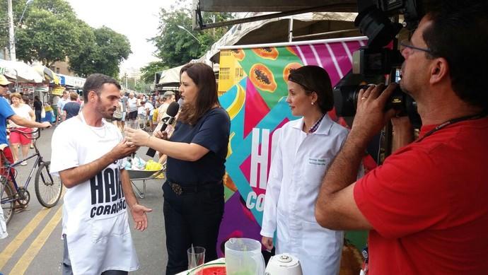 Degustação de sucos antigripais na feira livre em Jardim da Penha (Foto: Ana Paula Novaes)