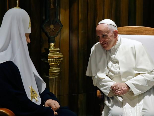 Papa Francisco encontra com o Patriarca da Igreja Ortodoxa Russa Kirill no aeroporto de Havana nesta sexta-feira  (Foto: AP Photo/Gregorio Borgia)