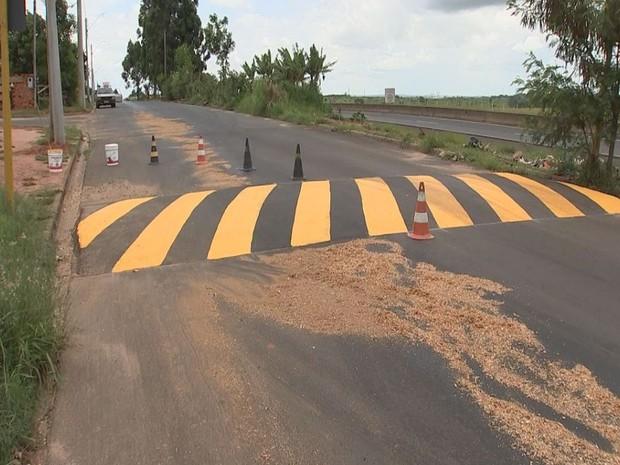 Caminhão derramou óleo em Bauru (Foto: Reprodução / TV TEM)