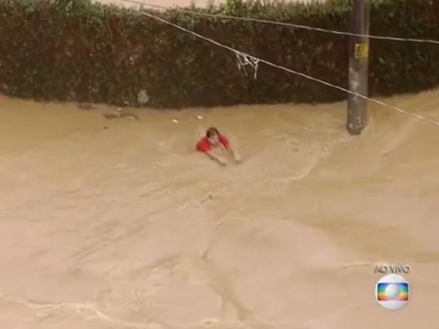Homem desaparee na correnteza em Itapevi (Foto: Reprodução/TV Globo)