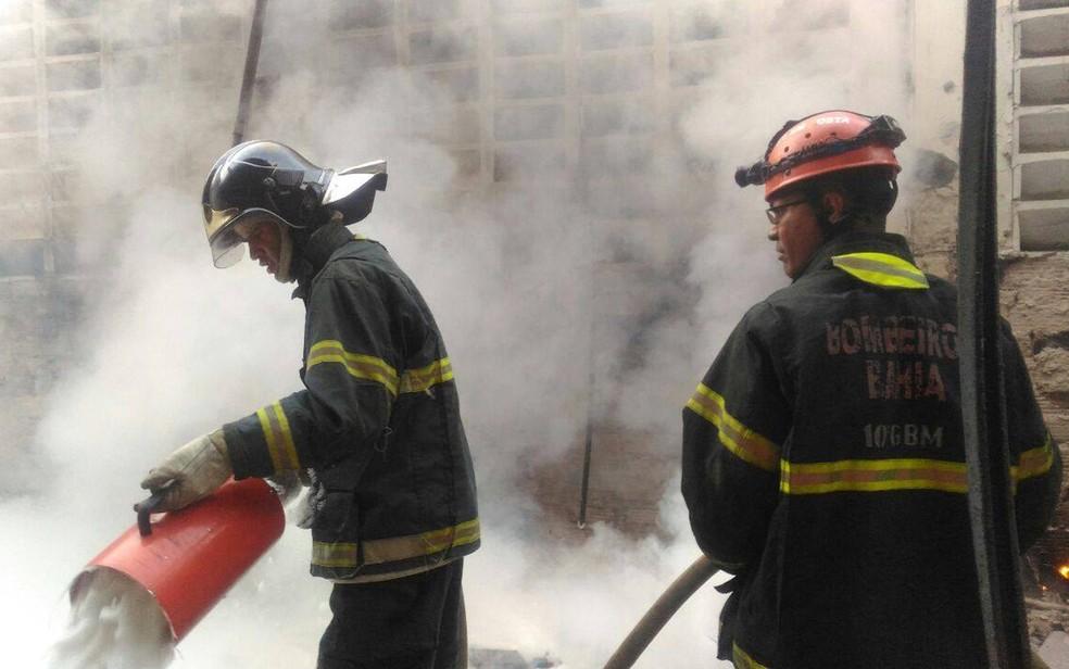 Bombeiros combateram fogo que atingiu fábrica, na manhã desta sexta-feira (Foto: Divulgação/ Corpo de Bombeiros)