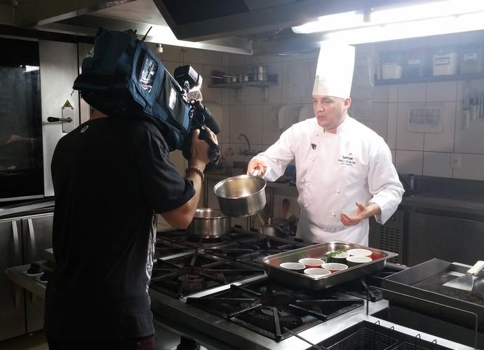 Chefe da Oktoberfest ensina a fazer prato típico (Foto: RBS TV/Divulgação)