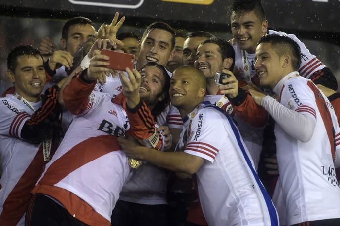 Cavenaghi faz selfie com companheiros de River Plate (Foto: JUAN MABROMATA / AFP)