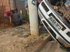 Motorista de pick-up bate em poste e arremessa 4 na calçada em Leme, SP