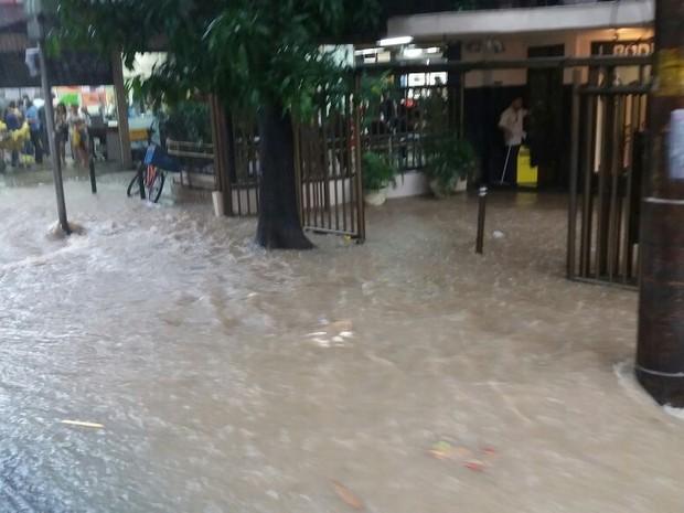 Rua Humaitá está alagada (Foto: Janaína Carvalho/ G1)