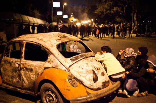 Manifestantes enfrentam a polícia durante protestos nesta segunda-feira (28) no Cairo (Foto: AP)