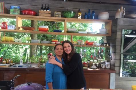 A chef Carlúcia com Carolina Ferraz (Foto: Divulgação)