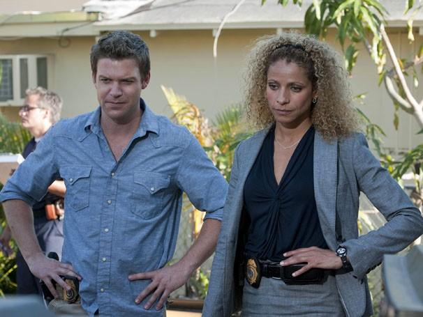 Jim e Colleen analisam a cena do crime (Foto: Divulgação / Twentieth Century Fox)