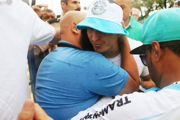 Torcida recepciona Cristian Rodríguez Grêmio (Foto: Eduardo Moura/Globoesporte.com)