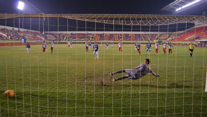 Meia Josy, autor de três gols, desloca o goleiro Paulo Wanzeler para marcar o quarto do Atlético-AC na goleada (Foto: Duaine Rodrigues)