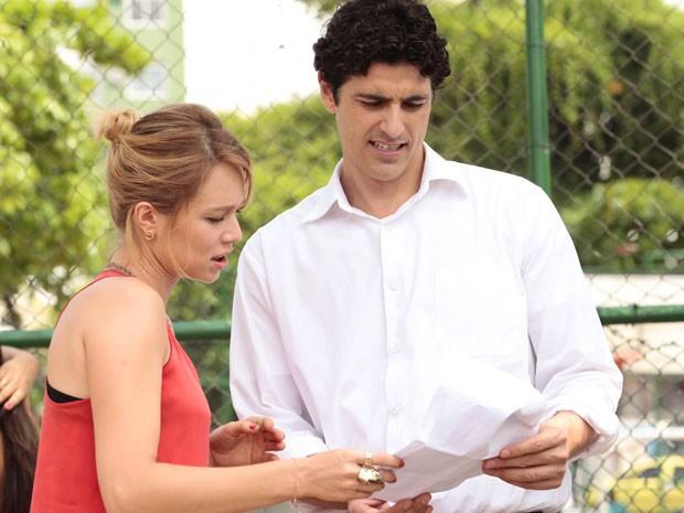 A dupla repassa o texto antes da cena (Foto: Guerra dos Sexos / TV Globo)
