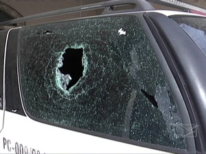 Viatura da Polícia Militar danificada por pedra (Foto: Reprodução/TV Mirante)
