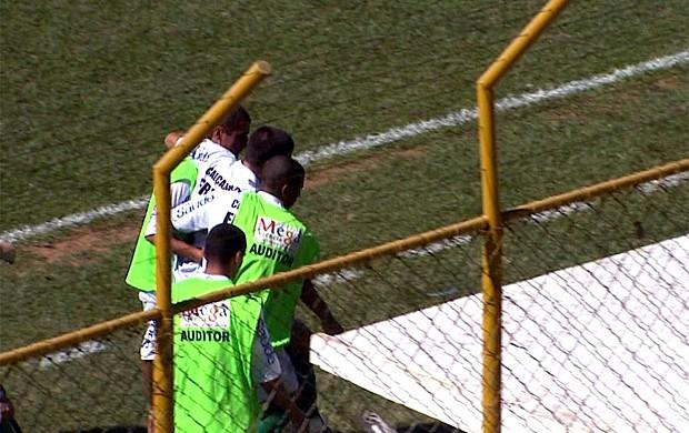Volante Cenedezi fratura o pé durante a partida (Foto: Reprodução EPTV)