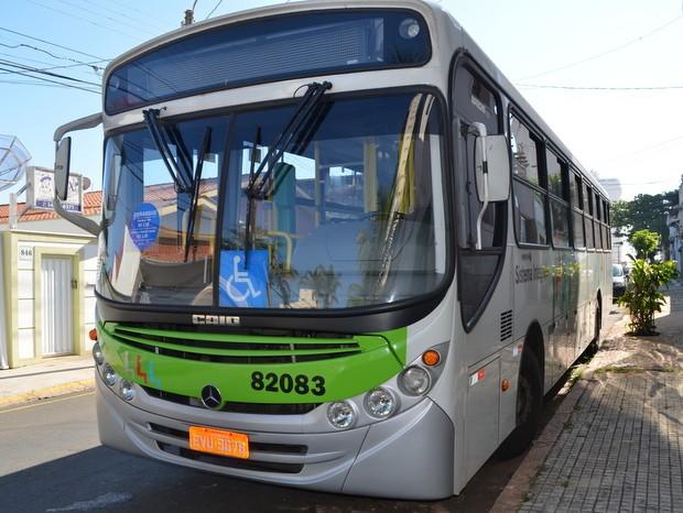 Ônibus seguia pela Rua do Porto quando foi danificado pelos jovens (Foto: Fernanda Zanetti/G1)