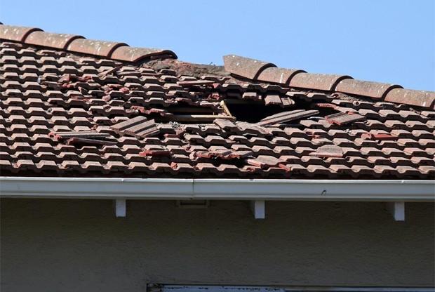 O americano Vern Fisher, de Monterey, flagrou o telhado danificado do motel após a porta do avião cair sobre o prédio (Foto: Reprodução/Twitter/Vern Fisher)