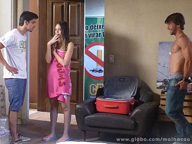 Pega na flagra! O Bruno vai ficar bolado ao ver a Fatinha só de toalha com o Ricardão (Foto: Malhação / Tv Globo)