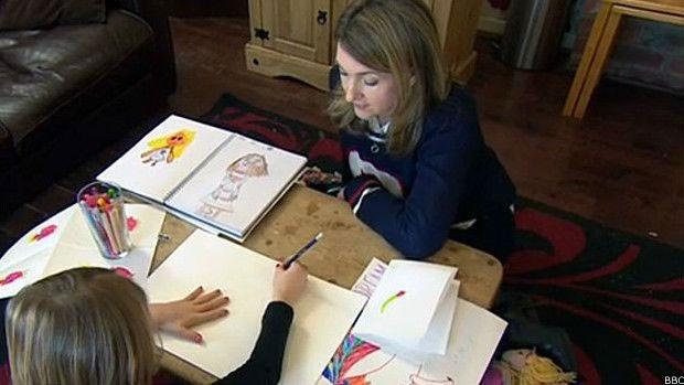 Lily conversa com a apresentadora da BBC e mostra seus desenhos  (Foto: BBC)