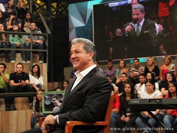 Locutor assiste a suas apresentações no UFC durante o programa (Foto: TV Globo/Altas Horas)