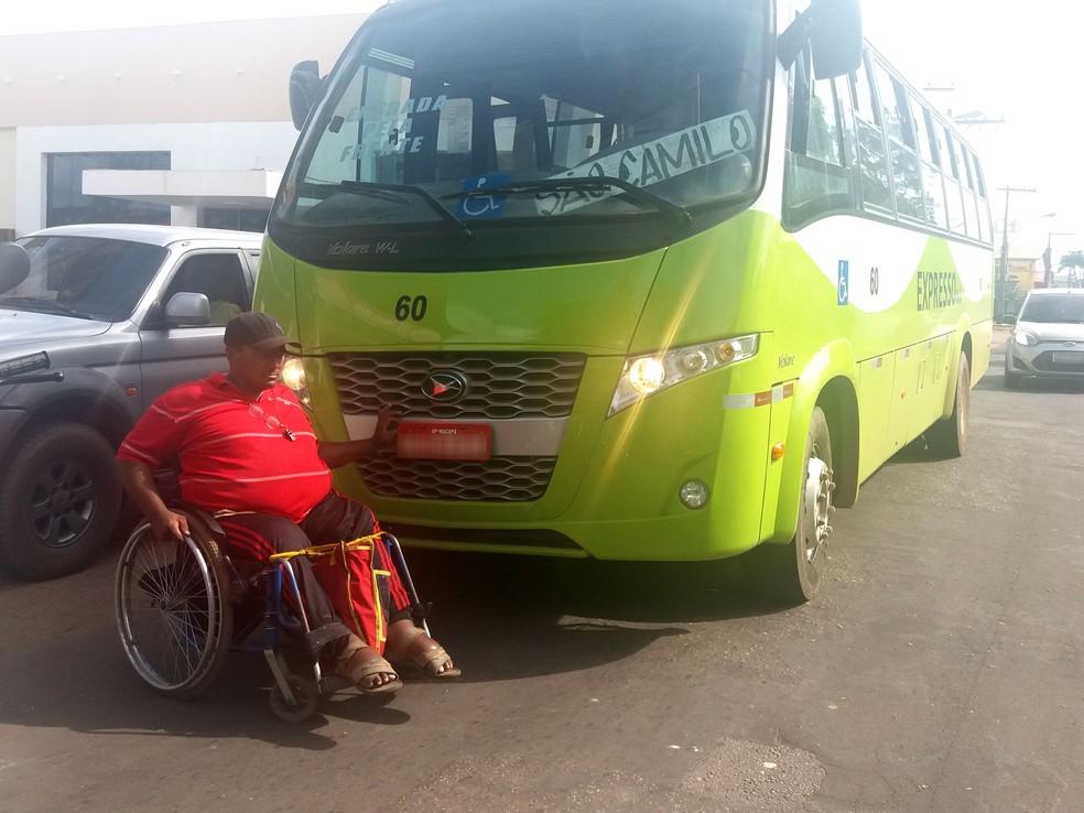 Cadeirante Fernando Oliveira parou ônibus cansado de encontrar elevadores com defeito (Foto: Fabiana Figueiredo/G1)