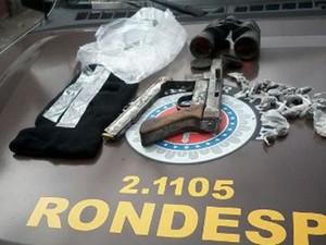 Polícia encontrou arma com suspeito (Foto: Divulgação/Rondesp/Atlântico)