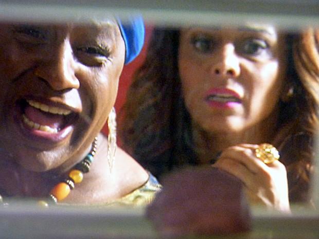 Xana e Naná descobrem diamante rosa dentro do microondas (Foto: TV Globo)