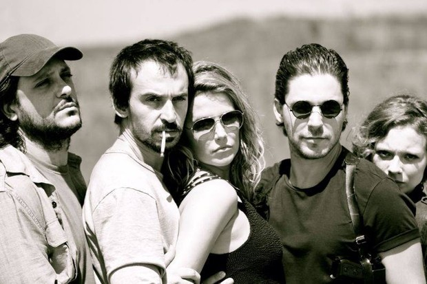 """Deborah Secco, Bruno Torres e elenco de """"Estrada do Diabo"""" (Foto: Reprodução/ Facebook)"""