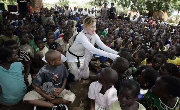Madonna em uma de suas visitas ao Malauí, onde está construindo um hospital infantil, o Mercy James Institute (Foto: Reprodução)
