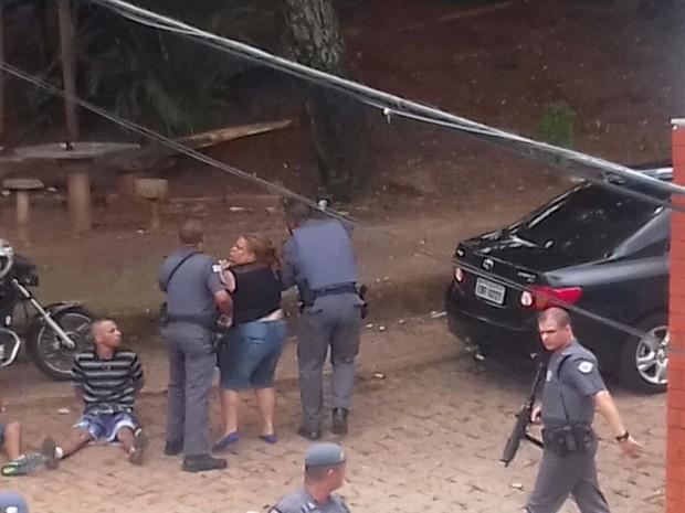 Mulher foi imobilizada por PMs em Campinas (Foto: Reprodução/ EPTV)