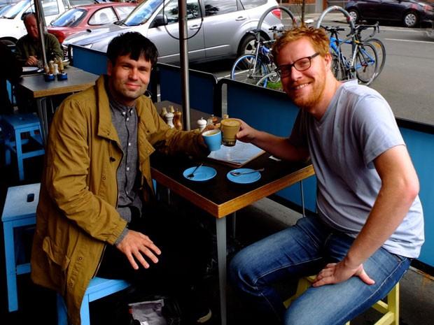 Matt Kulesza (à direita) com o primeiro amigo do Facebook que chamou para tomar café (Foto: Matt Kulesza/Arquivo pessoal)