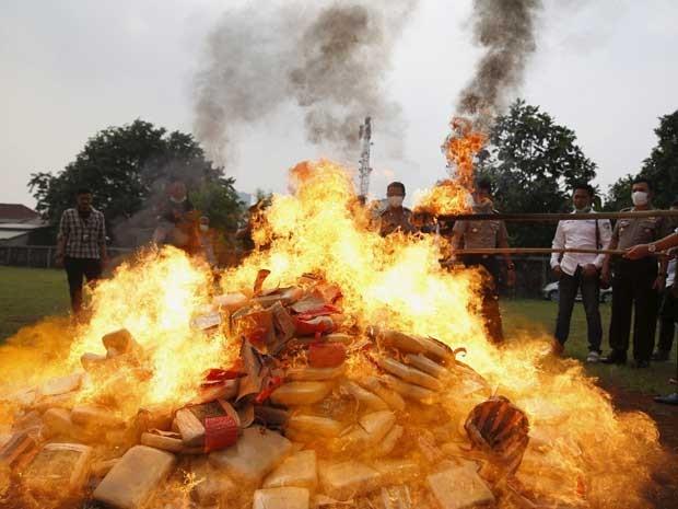 A polícia da Indonésia queimou 581 kg de maconha e destruiu 10 mil garrafas de bebida alcoólica nesta segunda-feira (15).  (Foto: Reuters)