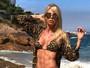 Carol Bittencourt posa de biquíni e exibe abdômen trincado
